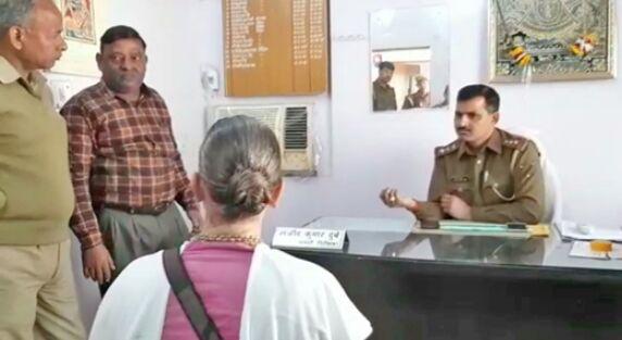 विदेशी महिला ने डाककर्मी के साथ की मारपीट