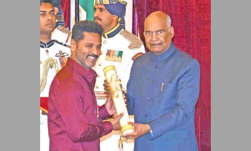 अभिनेता मनोज वाजपेयी और प्रभु देवा सहित 56 हस्तियां पद्म पुरस्कारों से हुईं सम्मानित
