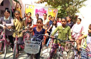 कुपोषण दूर करने के लिए किशोरियों ने चलाई साइकिल
