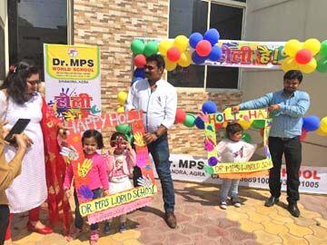 डॉ. एमपीएस स्कूल में बच्चों ने जमकर खेली होली