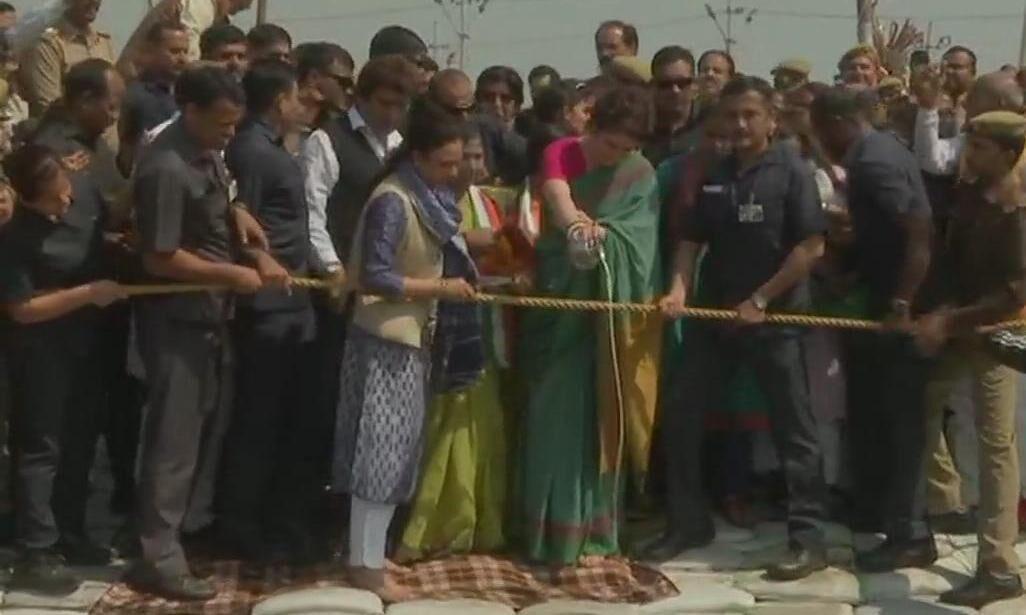 प्रियंका गांधी की गंगा यात्रा हुई शुरू, संगम तट पर की पूजा-अर्चना