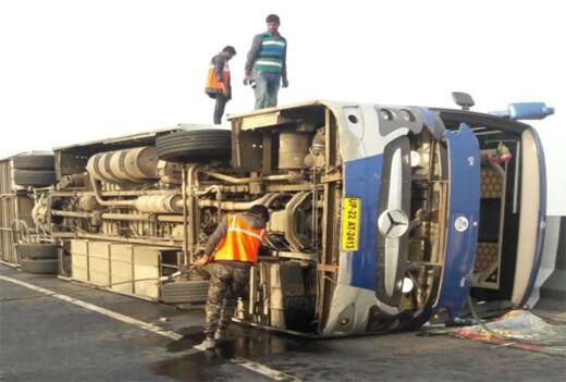 आगरा-लखनऊ एक्सप्रेसवे पर एक और हादसा हुआ, प्राइवेट बस के पलटने पर 12 यात्री घायल