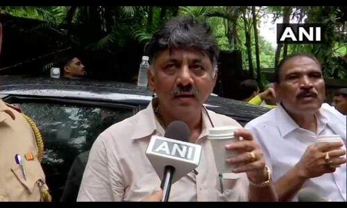 कर्नाटक विवाद : कांग्रेस नेता शिवकुमार को पुलिस ने रोका, बागी विधायकों से मिलने नहीं दिया