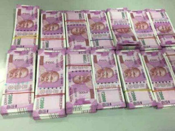 नए नोटों में पकड़े जा रही ब्लैकमनी का सिलसिला जारी, मुंबई में कार से मिले 1.40 करोड के नए नोट