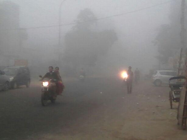 दिल्ली समेत उत्तर भारत में घना कोहरा, ट्रेनें लेट