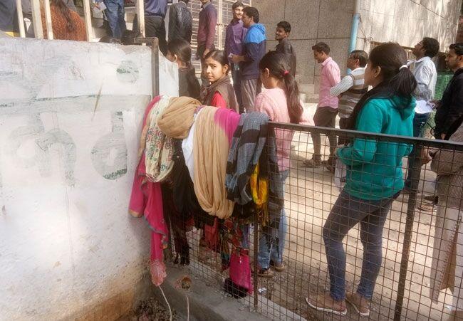दुपट्टे उतरवाने के बाद लड़कियों को जाने दिया परीक्षा कक्ष में