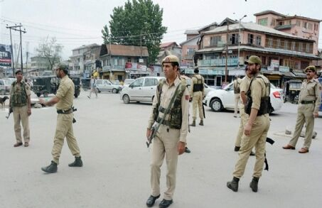 दक्षिण कश्मीर के इलाकों में शनिवार को भी कर्फ्यू जारी