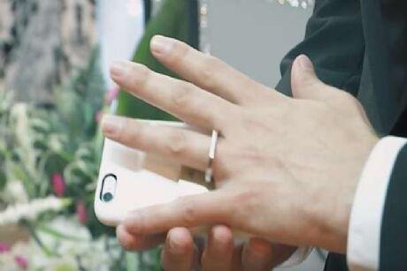 तो इसलिए अपने स्मार्टफोन से ही रचा ली शादी