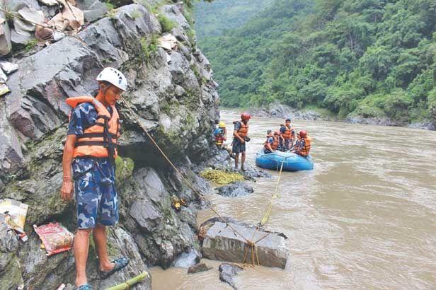 त्रिशूल नदी में बस गिरने से लगभग 21 की मौत, कई घायल