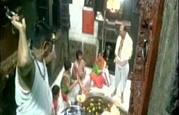 त्र्यंबकेश्वर मंदिर के गर्भगृह में तृप्ति देसाई ने की पूजा