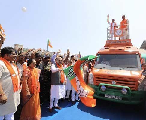 अमित शाह ने दिखाई गौरव यात्रा को हरी झंडी, गुजरात में फूंका चुनाव का बिगुल