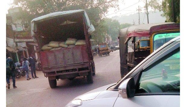 हजीरा में मौत बनकर दौड़ रहे हैं भारी वाहन