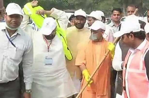 सीएम योगी ने ताजमहल पर चलाया स्वच्छता अभियान