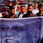 साहित्य अकादमी के बाहर लेखकों का विरोध प्रदर्शन